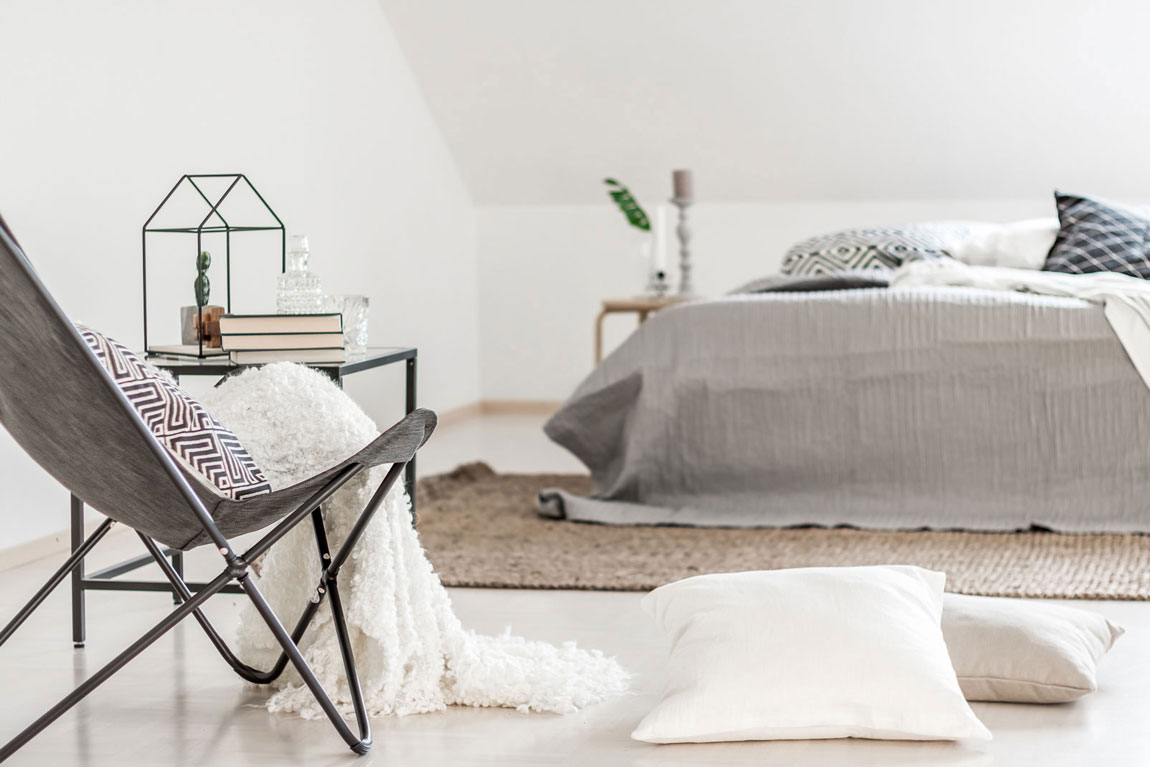 Vaalea minimalistinen makuuhuone