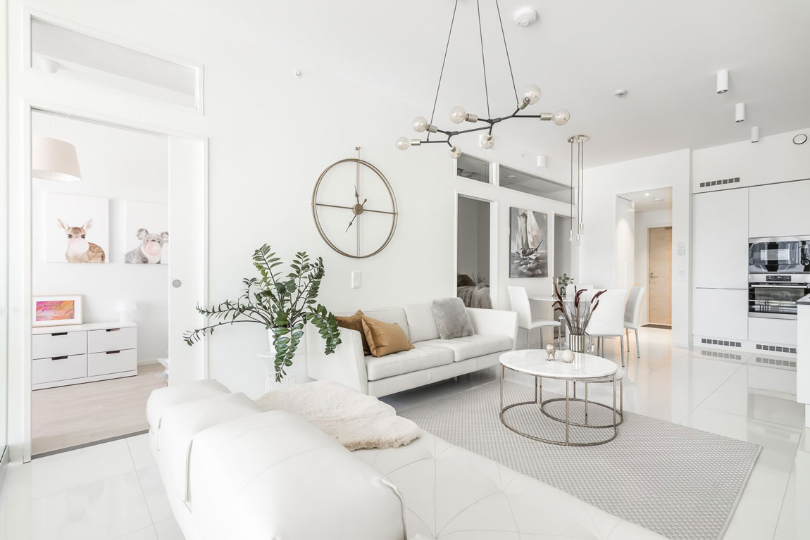 Vaalea moderni olohuone kerrostalossa